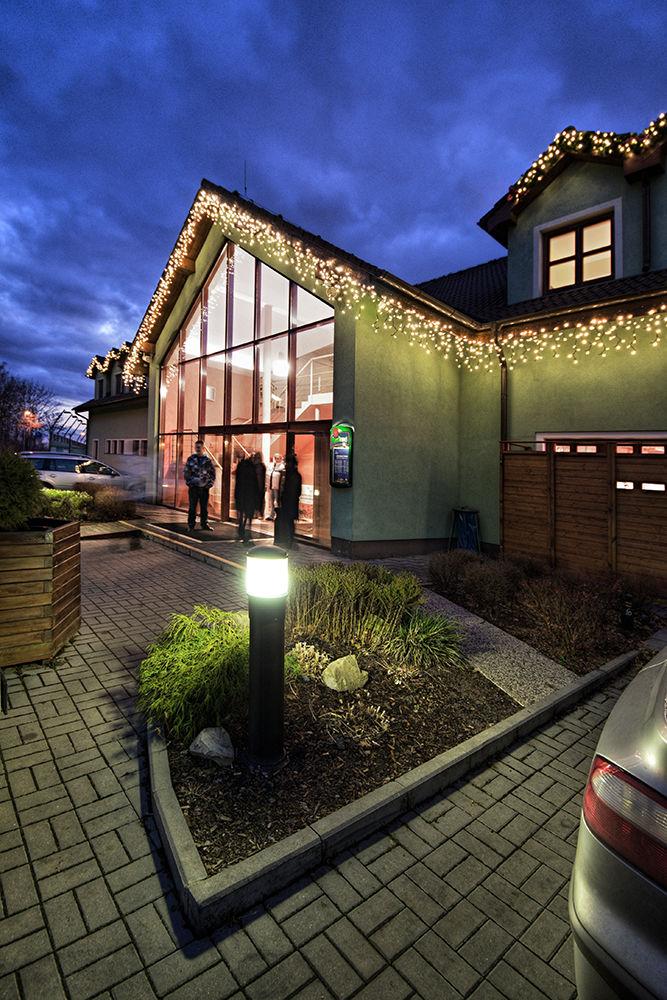 Ozdobený dům světelnou dekorací