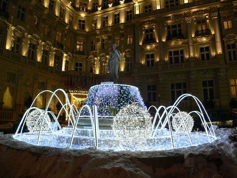 3D světelná fontána před Grandhotelem PUPP