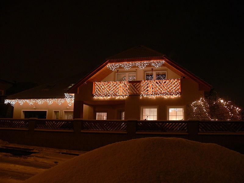 LED světelná vánoční výzdoba rodinného domu vKlášterci nad Ohří