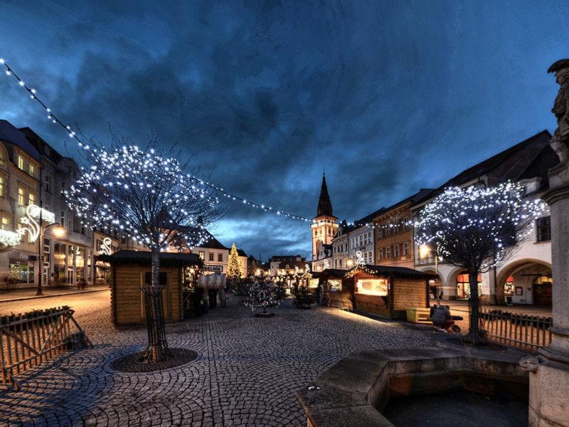 Světelná vánoční výzdoba náměstí vChomutově