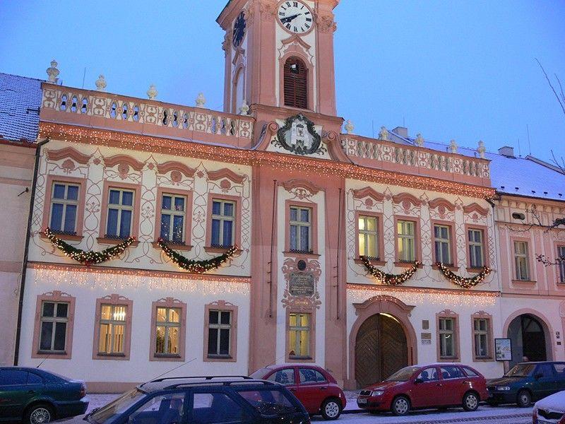 Světelná vánoční výzdoba radnice vRakovníku