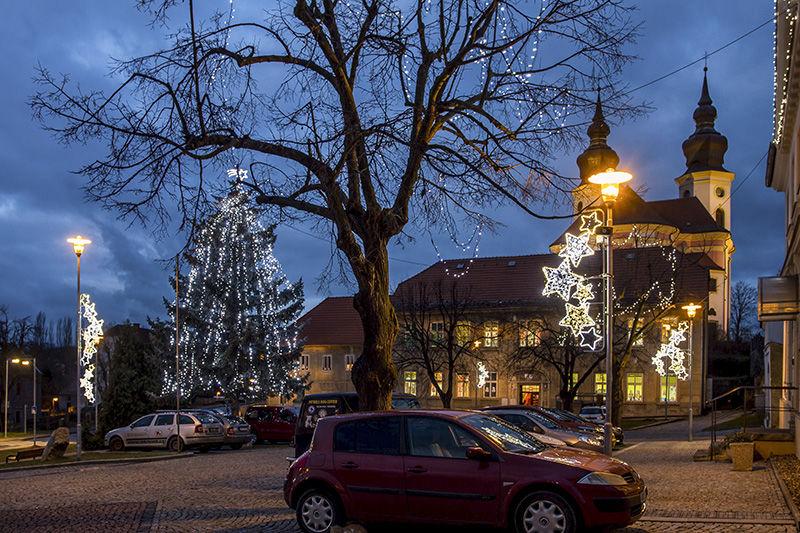 Světelná vánoční výzdoba náměstí vBřeznu