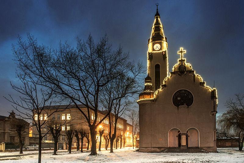 Světelná vánoční výzdoba kostela vDuchcově