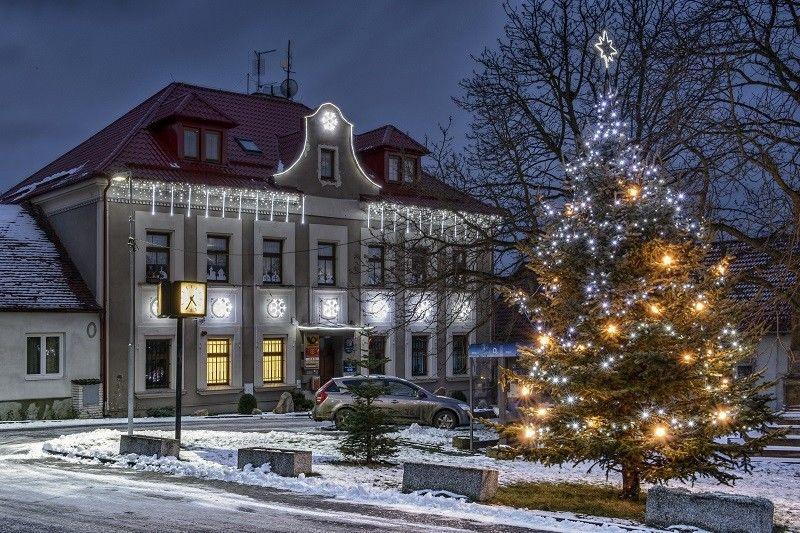 Světelná vánoční výzdoba radnice vHrušovanech