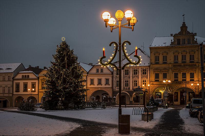 Světelná vánoční výzdoba náměstí vKadani