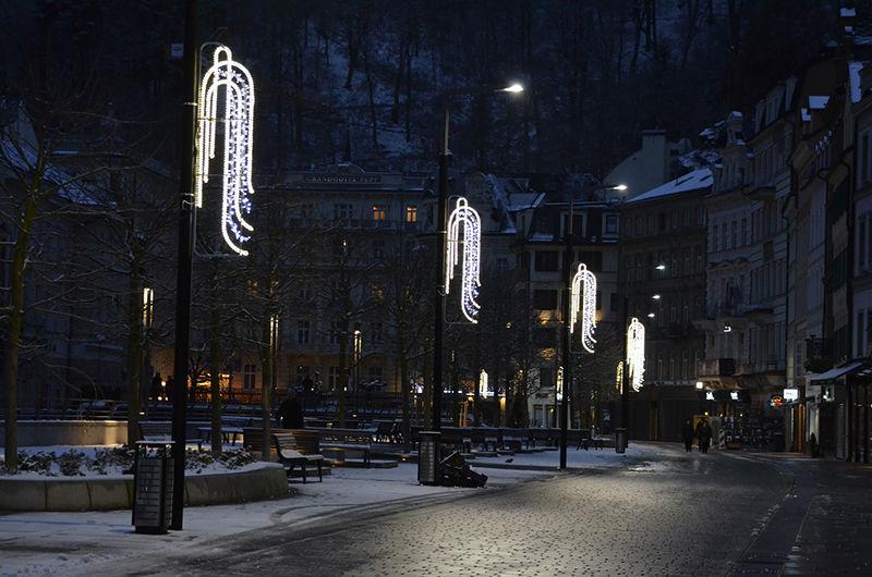 Světelná vánoční výzdoba veřejného osvětlení vKarlových Varech