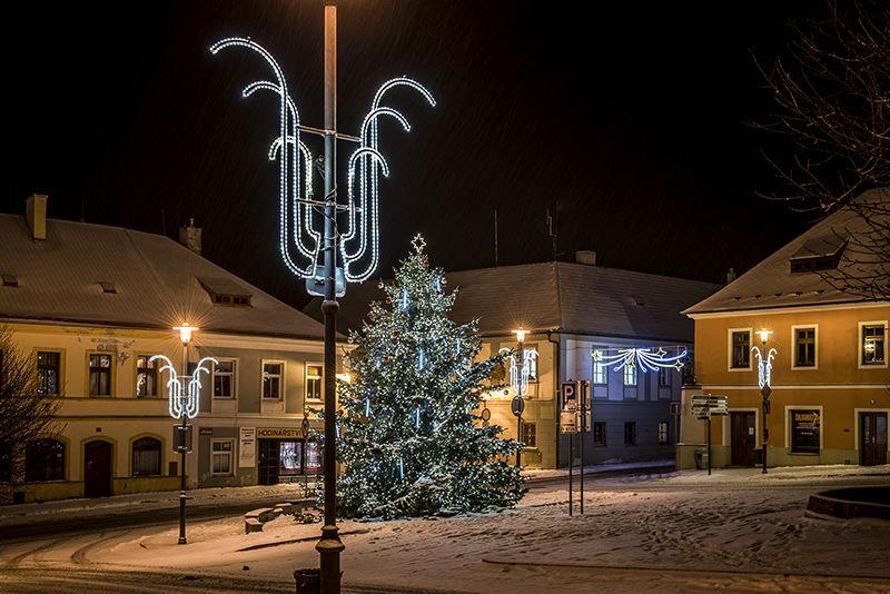 Světelná vánoční výzdoba náměstí vKlášterci nad Ohří