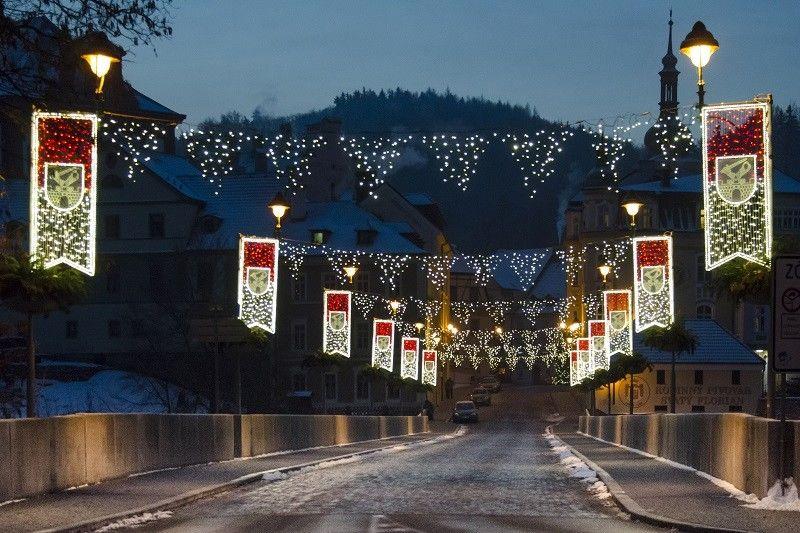 Světelná vánoční výzdoba mostu vLokti