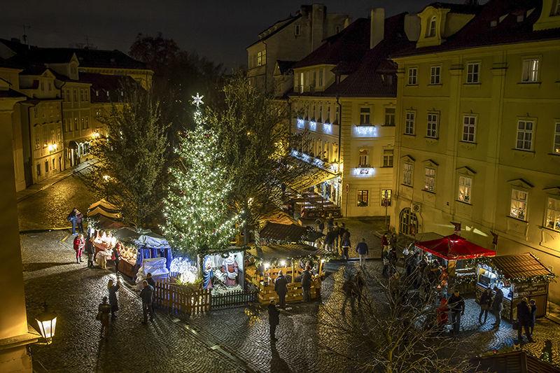 Světelná vánoční výzdoba náměstí vPraze